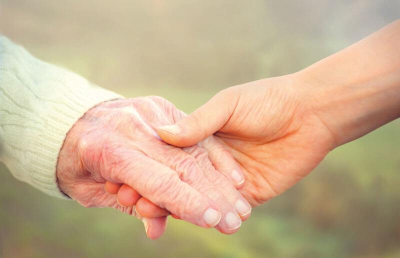 Alt und Jung halten Hände